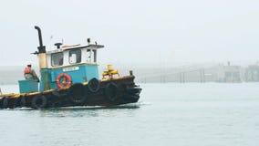 Vire Aransas hacia el lado de babor, Tejas/los E.E.U.U. - 10 de febrero de 2018: El barco viejo del tirón acarrea bolsos almacen de metraje de vídeo