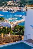 Vire de hacia el lado de babor Andraitx, vista del puerto del puerto deportivo en la costa de la isla de Majorca imagenes de archivo