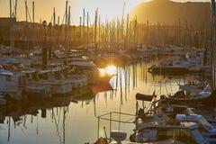 Vire a de hacia el lado de babor plaisance, el puerto del ocio de Hendaye, Aquitania, franco Imagen de archivo libre de regalías
