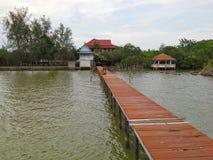 Vire el puente hacia el lado de babor al templo tailandés en Songkla, Tailandia Fotos de archivo