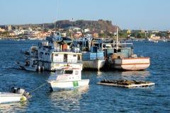 Vire hacia el lado de babor con los barcos, Puerto Baquerizo Moreno, San Cristobal, isla de las Islas Galápagos Foto de archivo libre de regalías