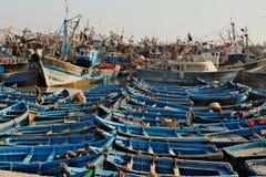 Vire hacia el lado de babor por completo de barcos azules tradicionales en Essaouira en Morroco Imágenes de archivo libres de regalías