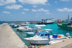 Vire hacia el lado de babor por completo del pequeño ` s de los pescadores y de los barcos de carga Fotos de archivo libres de regalías