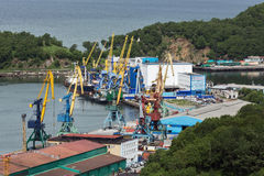 Vire las grúas hacia el lado de babor, terminal del cargo en el puerto comercial Petravlosk-Kamchatsky Rusia, Kamchatka, bahía de Imagen de archivo