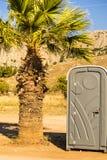 Vire un potty hacia el lado de babor al aire libre en la playa imágenes de archivo libres de regalías
