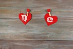 Virgem e câncer sinais do zodíaco e do coração Backgrou de madeira imagens de stock royalty free