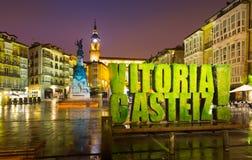 Virgen在晚上时间的布朗卡正方形 Vitoria-Gasteiz 库存图片
