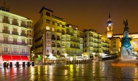 Virgen布朗卡正方形(安德烈玛丽亚Zuriaren广场)在晚上 v 免版税库存照片