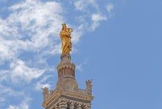 Virgen con el niño en el top de la Garde de Notre-Dame de la basílica Imagenes de archivo