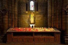 Virgen María con la estatua de Jesús del bebé dentro de la catedral en Mónaco Imagen de archivo