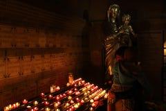 Virgen María encendida vela en Marsella, Francia Imagen de archivo
