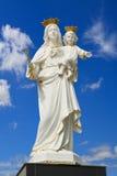 Virgen Maria con el bebé Jesús en el cielo azul Fotos de archivo libres de regalías