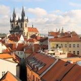 Virgen Maria de la iglesia antes de Tyn y azoteas en Praga Fotos de archivo libres de regalías