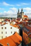 Virgen Maria de la iglesia antes de Tyn y azoteas en Praga Foto de archivo libre de regalías