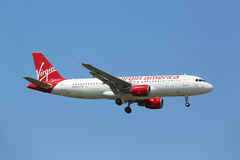Virgin America Airbus A320 in cielo di New York prima dell'atterraggio all'aeroporto di JFK Immagini Stock Libere da Diritti