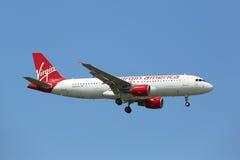 Virgin America flygbuss A320 i New York himmel, innan att landa på JFK-flygplatsen Royaltyfria Bilder