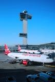 Virgin Amerika-Flugzeug und -Flugsicherung ragen bei John F Kennedy International Airport hoch Lizenzfreie Stockfotos