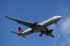 Virgin Atlantic Airbus A330 no céu de New York antes de aterrar no aeroporto de JFK Imagem de Stock