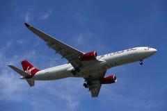 Virgin Atlantic Airbus A330 no céu de New York antes de aterrar no aeroporto de JFK Fotografia de Stock