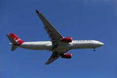 Virgin Atlantic Airbus A330 no céu de New York antes de aterrar no aeroporto de JFK Fotos de Stock