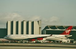 Virgin Atlantic Airways-Luchtbus A340 die na een vlucht worden onderhouden stock fotografie
