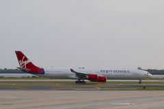 Virgin Atlantic-Luchtbus A340 het belasten in JFK-Luchthaven in NY Royalty-vrije Stock Fotografie