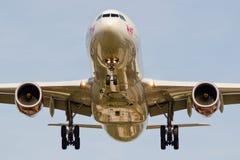 Virgin Atlantic-vliegtuig het landen. Stock Foto