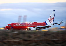 Virgin Boeing azul 737 no movimento na pista de decolagem. Imagens de Stock Royalty Free