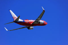 Virgin Boeing azul 737 que descola. Imagens de Stock