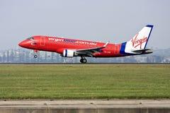 virgin embraer 170 авиакомпаний авиалайнера голубой стоковое фото rf