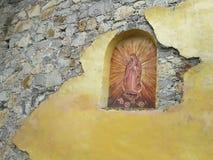 Virgin rústico Mary Religious Art Sculpture Carved na parede mexicana de Madonna do tijolo e do estuque imagem de stock