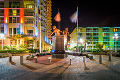 Virginia Beach Law Enforcement Memorial na noite, em Virgini imagem de stock royalty free