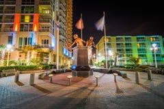 Virginia Beach Law Enforcement Memorial na noite, em Virgini fotos de stock royalty free
