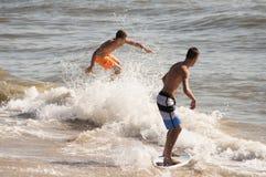 Virginia Beach Skim Boarders imagenes de archivo