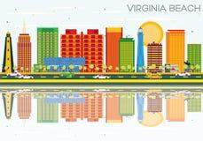 Virginia Beach Skyline con le costruzioni, il cielo blu e Reflec di colore Immagine Stock