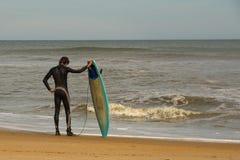 Virginia Beach Surfer Mentally Preparing para surfar grande fotografia de stock