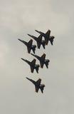 Virginia Beach, VA - 17 de mayo: Los ángeles de azules marinos de los E.E.U.U. en aviones del avispón F-18 se realizan en la rutin Imagenes de archivo
