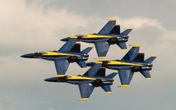 Virginia Beach, VA - 17 mai : Les anges de bleu marine des USA dans des avions du frelon F-18 exécutent dans la routine de salon d Photographie stock libre de droits
