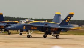 Virginia Beach, VA - 17 Mei: De V.S. de Marineblauwe Engelen in F-18 Horzelvliegtuigen in lucht uitvoeren tonen routine in Va-stra Royalty-vrije Stock Foto's