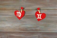 Virgo и близнецы знаки зодиака и сердца Деревянное backgroun стоковая фотография