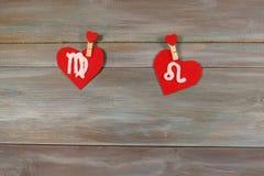 Virgo и лев знаки зодиака и сердца Деревянное backgr стоковые изображения