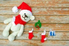 virka nallebjörnen i en röd julhatt handgjord amigurumi Royaltyfri Bild