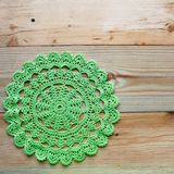 Virkad grön servett på träbakgrund royaltyfria bilder