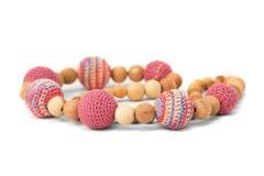 virkade pärlor isolerade rosa trä Royaltyfri Bild