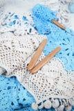 Virkat handgjort snör åt servetten med krokar royaltyfria bilder