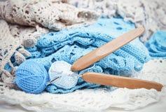 Virkat handgjort snör åt servetten med krokar royaltyfri foto