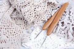 Virkat handgjort snör åt servetten med krokar royaltyfri bild