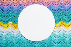 Virkat mångfärgat bomullstyg i sommarfärger Rund whi royaltyfri foto