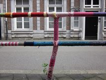 Virkat staket på en trottoar royaltyfri fotografi