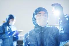 Viroloog die antilichaam in bloed onderzoeken stock fotografie